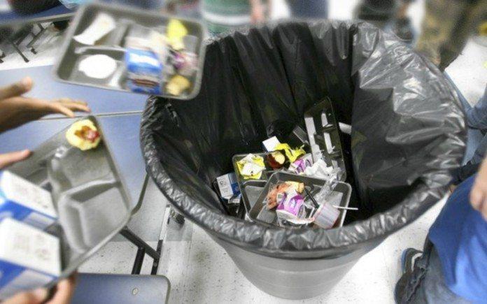 buang makanan ke tempat sampah