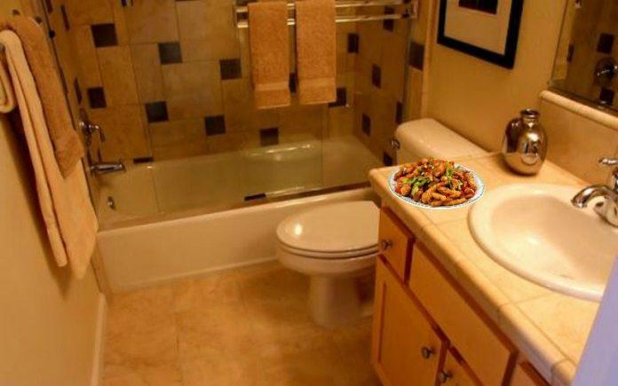 makan di kamar mandi