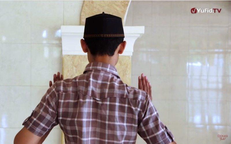 shalat sunnah qabliyah di rumah atau di masjid