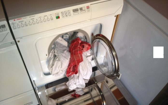 mencuci dengan mesin cuci