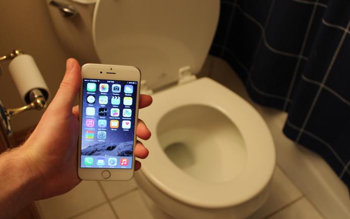 main hp di toilet wc kamar mandi