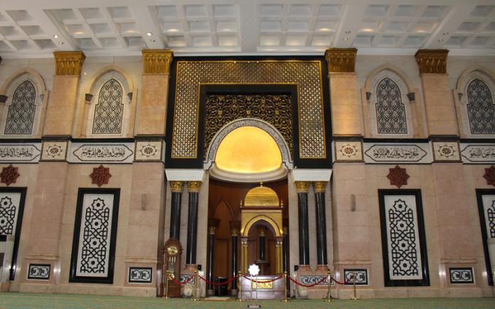 Mihrab Masjid Dian Al-Mahri, Depok, Jawa Barat.