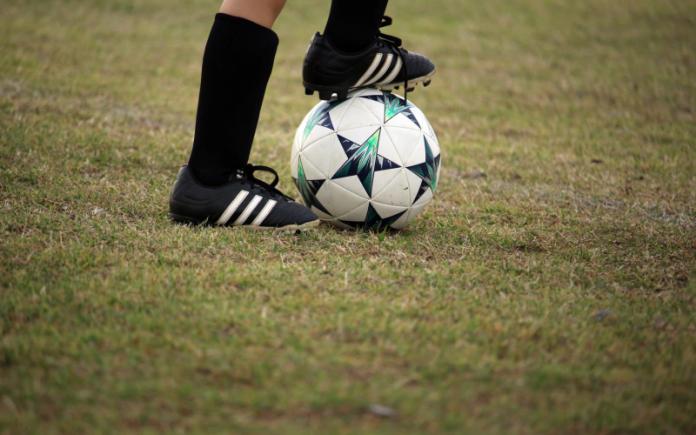 hukum main bola terlihat lutut