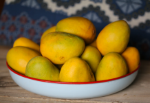 ulat belatung di buah-buahan